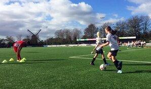 Voetbalsters VV Alkmaar trainen jonge meiden tijdens Voetbaldag