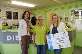 Uitreiking cheque aan Stichting Dierentehuis Alkmaar door EFK interim -management en advies