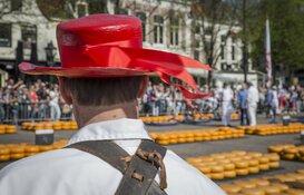 AZ-trainer John van den Brom opent samen met de selectie de Alkmaarse kaasmarkt
