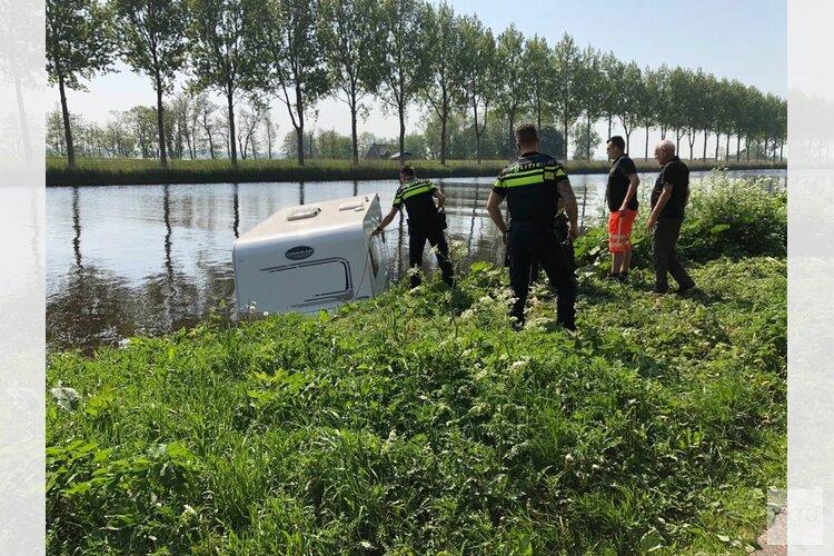Caravan schiet in kanaal