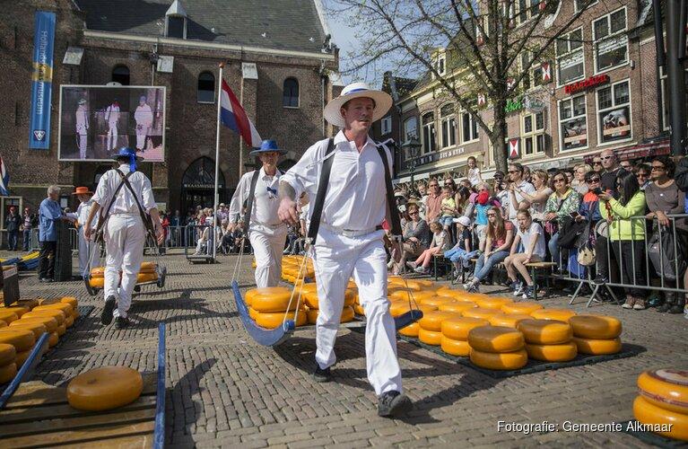 Voorzitter Wmo Raad Alkmaar opent kaasmarkt