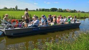 Met de fluisterboot op zoek naar voedsel in de Eilandspolder, Driehuizen