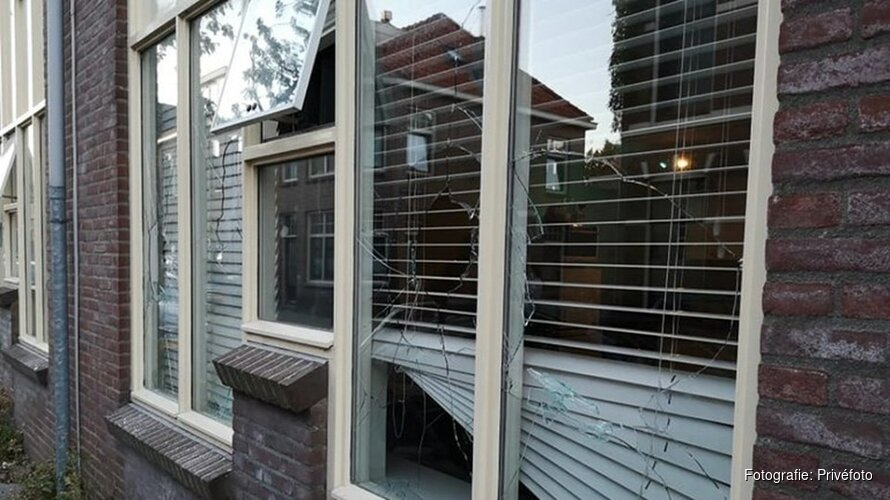 Acht ramen van drie huizen in straat Alkmaar ingegooid