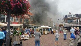 Meerdere gewonden bij zeer grote brand Egmond aan Zee