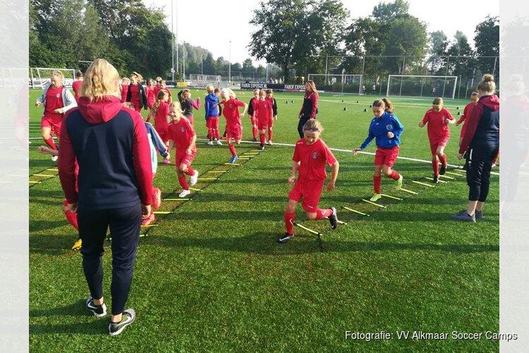 Dertig voetbalmeiden genieten van VV Alkmaar Voetbaldag