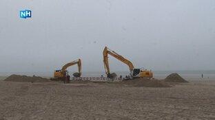 Meerdaagse klus gestart om datakabel uit strand van Egmond te verwijderen