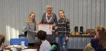 Kinderen brengen burgemeester Hetty Hafkamp ontbijtje