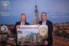 Wethouder Verbruggen neemt AlkmaarPas 2019 in ontvangst