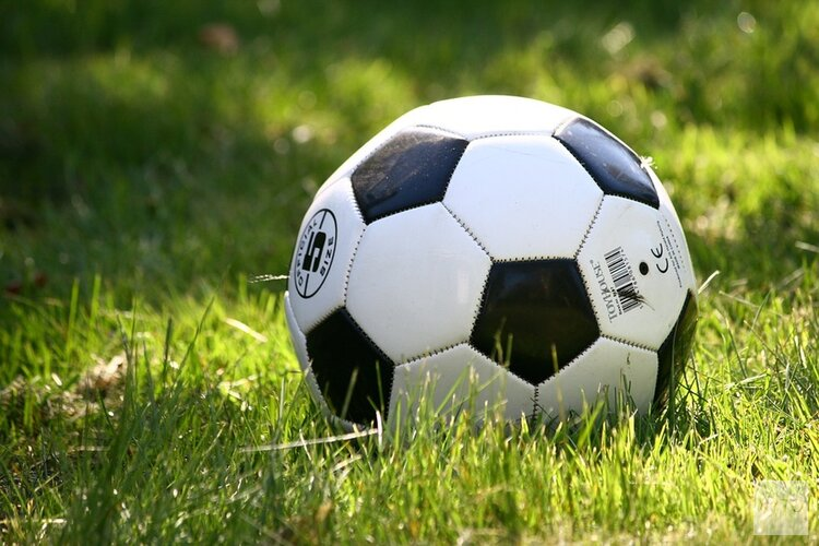 AFC'34 grijpt in slotfase een punt, De Foresters pakt volle buit