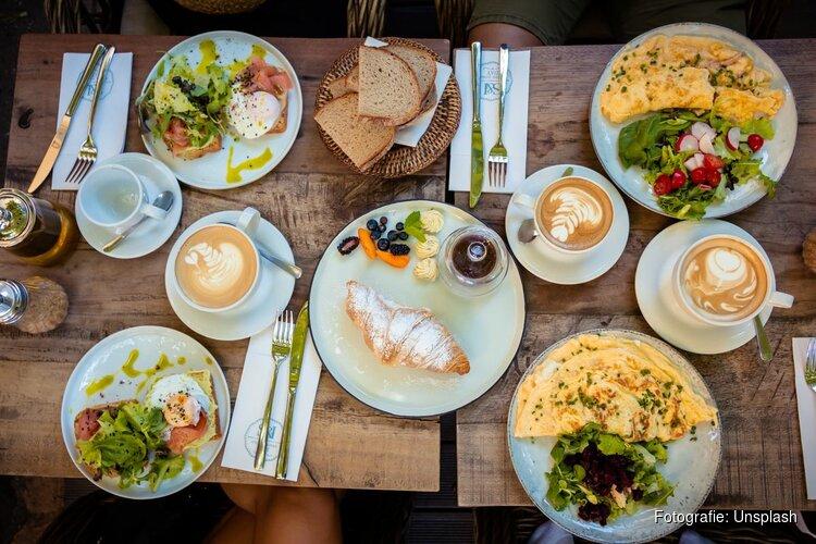 Collegeleden schuiven aan bij Nationaal Voorleesontbijt