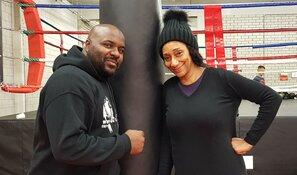 Debbie Sledge bezoekt Alkmaarse boksschool