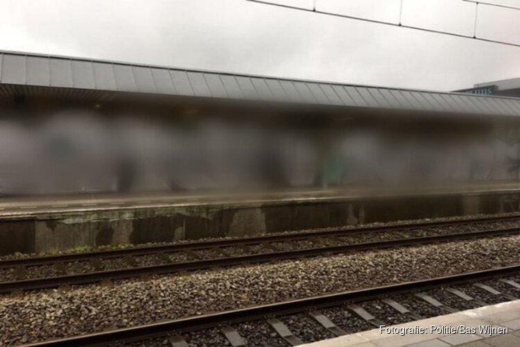 Station Alkmaar Noord beklad door vandalen: politie zoekt daders