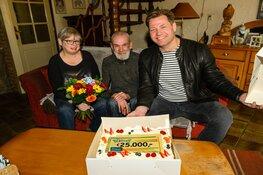 VriendenLoterij-ambassadeur Dennis van der Geest verrast inwoner De Rijp met 25.000 euro