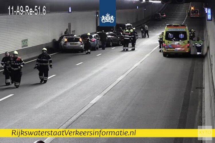 Tenminste zeven auto's botsen op elkaar in Wijkertunnel