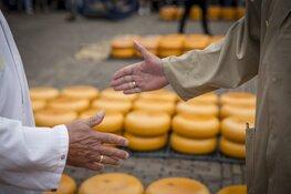 Jose Alonso-Inarra opent Alkmaarse kaasmarkt