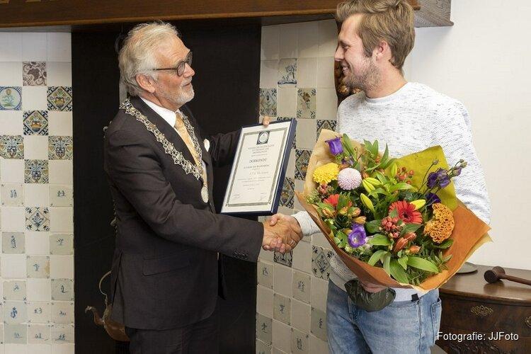 De heer S.T.G. van Leeuwen ontvangt oorkonde tot Redding van Drenkelingen