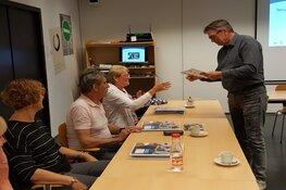 Raadslid reikt certificaten uit aan taalvrijwilligers