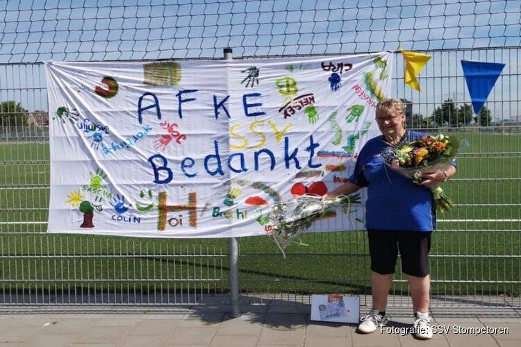 Clubheldin Afke Bleumers in bloemetjes gezet bij laatste wedstrijd als scheidsrechter