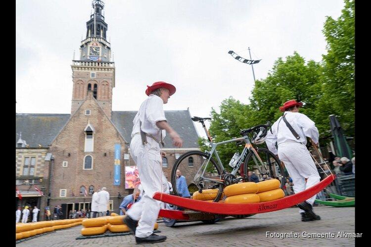 Rini Wagtmans opent Alkmaarse kaasmarkt