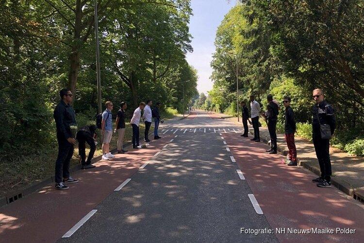 Jongeren maken erehaag bij uitvaart verkeersslachtoffer Ilayda (15) in Alkmaar