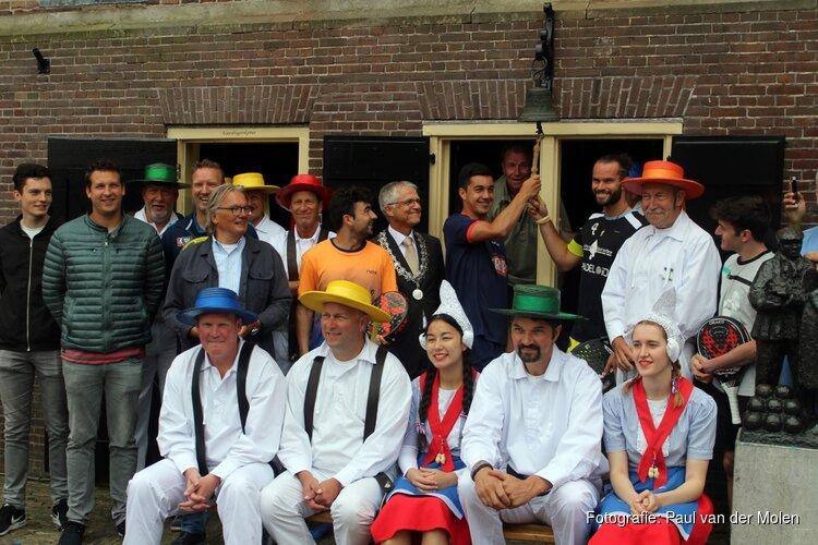 Deelnemers padeltoernooi openen kaasmarkt