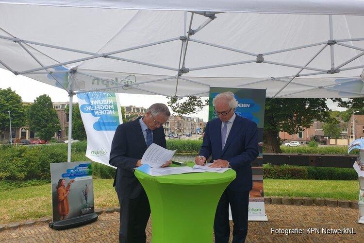 Wethouder Pieter Dijkman zet eerste schop in de grond voor aanleg glasvezelnetwerk Alkmaar Centrum en Zuid.