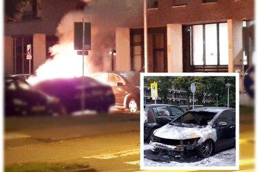 Auto in brand aan de Muiderwaard