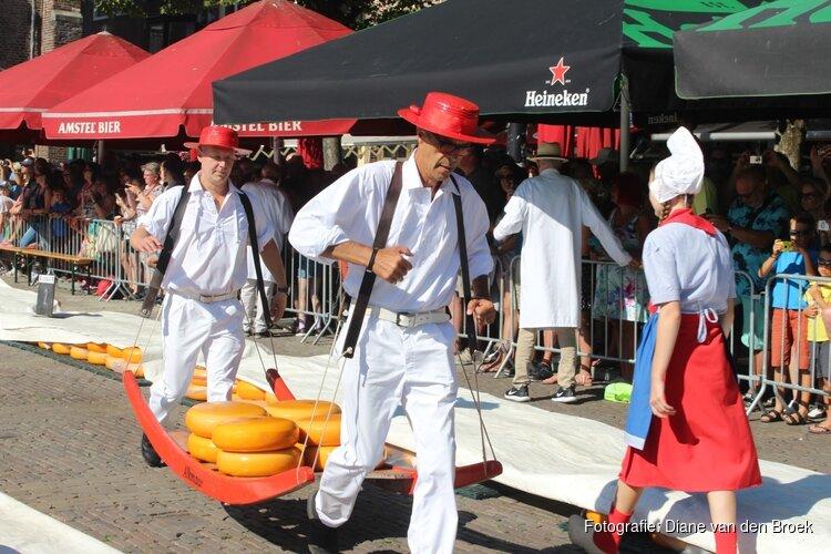 Voorzitter Vereniging tot Behoud van het Historisch Bedrijfsvaartuig opent de Alkmaarse kaasmarkt