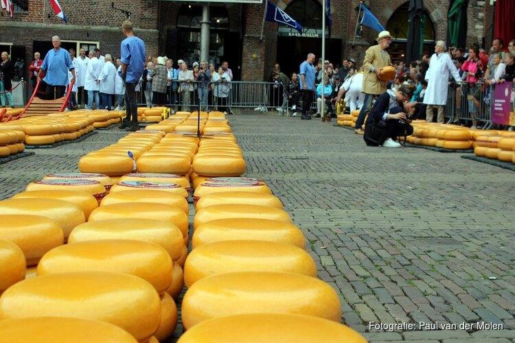Jubilarissen CONO Kaasmakers openen kaasmarkt