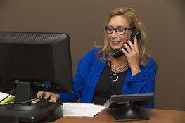 Secretaresses, office managers, administratief medewerkers en andere (zorg) dienstverleners, gooi dat masker af!