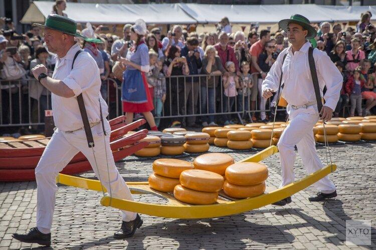 President van FrieslandCampina Dairy Essentials opent Alkmaarse kaasmarkt