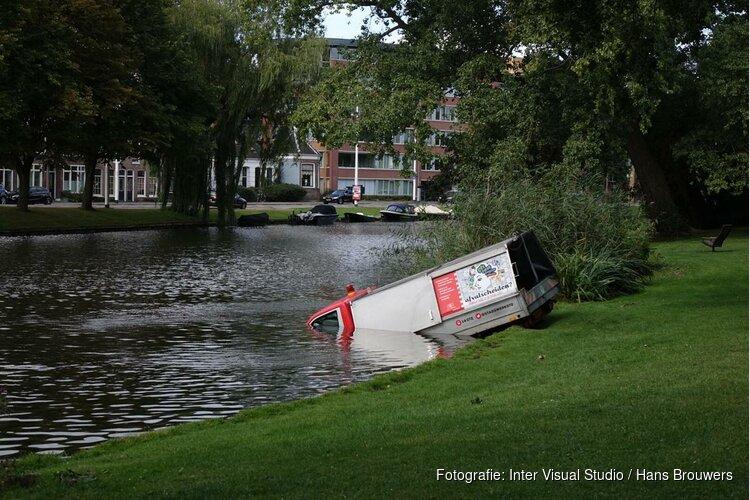 Gemeenteauto in park te water Alkmaar