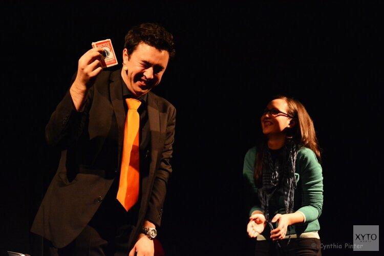 Den Haag helpt Alkmaar een magisch handje tijdens comedy & magic avond