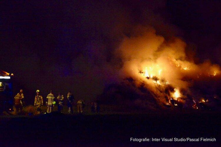 Grote hooiberg in brand in Alkmaar: rook trekt over de A9