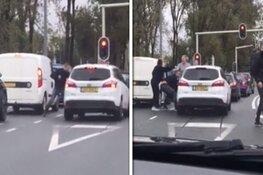 VIDEO: Man mishandelt bestuurder auto voor stoplicht