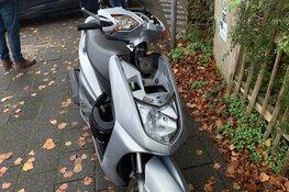 Scooterbestuurder klapt frontaal op auto die vergeet voorrang te verlenen