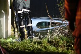 Auto te water in Oterleek, persoon overleden