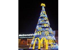 Grootste Kerstboom van Alkmaar staat bij McDonald's