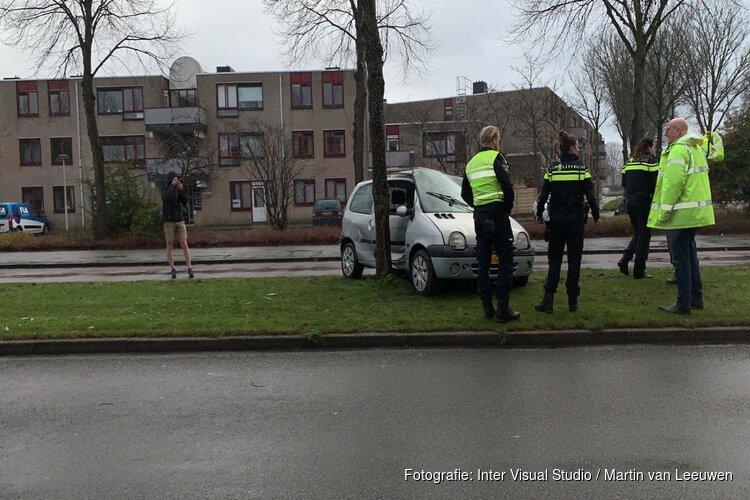 Auto rijdt tegen boom