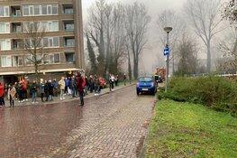 Grote, uitslaande brand bij middelbare school in Alkmaar: sluit ramen en deuren
