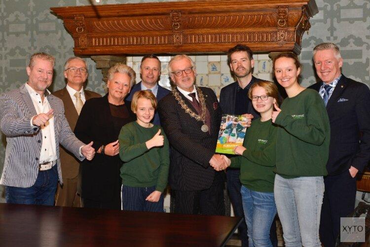 Overhandiging klimaatbundel Kids Climate Conference aan burgemeester Bruinooge
