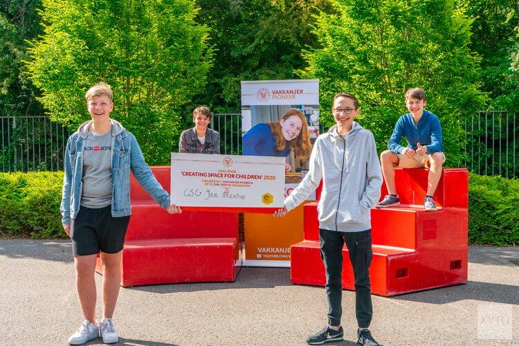 Leerlingen van het CSG Jan Arentsz uit Alkmaar krijgen finaleticket overhandigd
