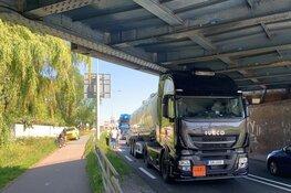 Vrachtwagen klem onder viaduct, auto klapt achterop