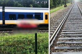 Auto door trein geschept op bewaakte spoorwegovergang in Heiloo