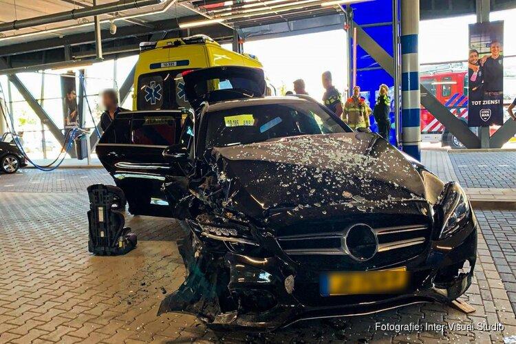 Auto botst tegen muur bij wasstraat Heerhugowaard