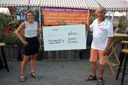 Fietsers trappen 9000 euro bij elkaar voor Vrienden MEE Sportfonds