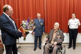 Uitreiking Demobilisatie-insigne aan de heer De Rijk