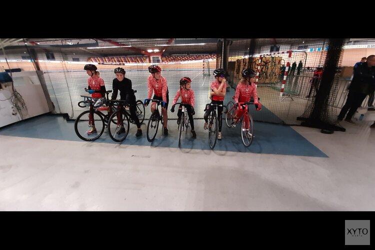 Harry Dekker dcs cycling geef wv Alcmaria Victrix haar jeugdfietsen