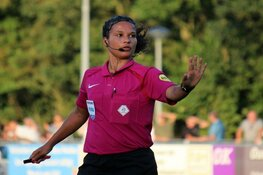 Alkmaarse scheidsrechter Shona Shukrula schrijft opnieuw historie. Eerste vrouwelijke 4e official in betaald voetbal