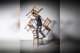 'Mens, stoel en de wereld'